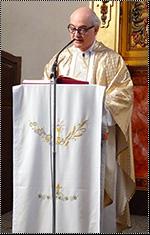 El padre Fortea predicando